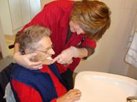 Skal en hjemmehjælper hjælpe med tandbørstningen?