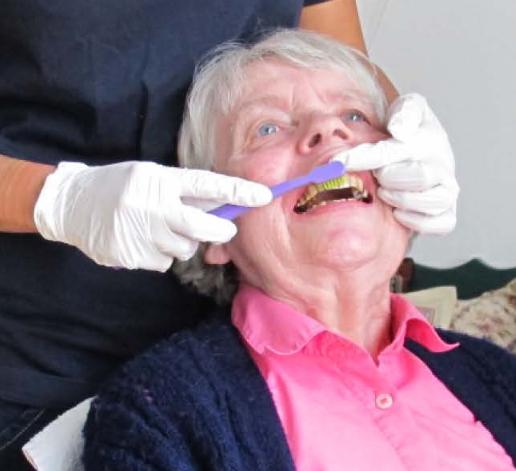 Hvordan børster jeg tænder på borgere med demens?